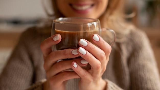 Closeup mulher desfocada segurando uma bebida