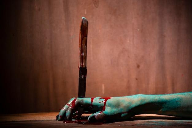 Closeup, mulher fantasma ou zumbi segurar a faca para matar com violência de sangue em casa