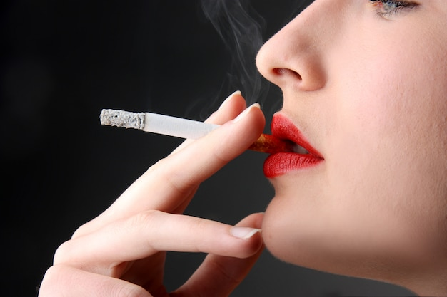 Closeup, mulher, fumar, cigarro