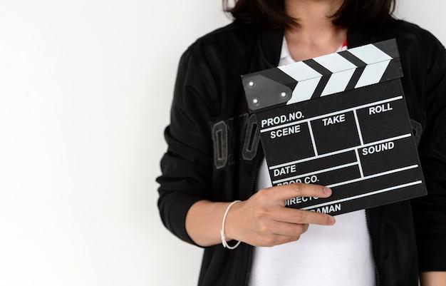Closeup mulher mãos segurando claquete de filme