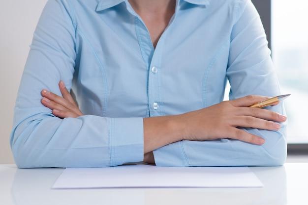 Closeup, mulher, segurando, caneta, sentando, dobrado, braços
