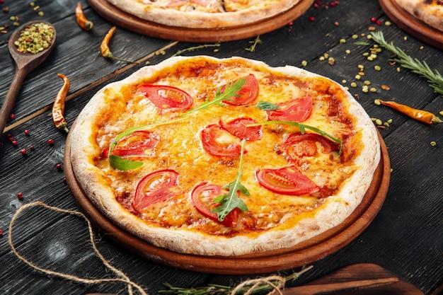 Closeup na apetitosa deliciosa pizza margarita