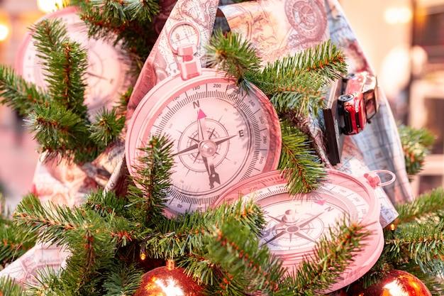 Closeup na decoração da árvore de natal sobre fundo festivo