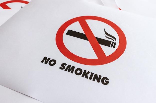 Closeup não fumar assinar em papel branco