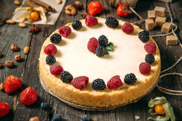 Closeup no bolo de queijo doce sobremesa com frutas