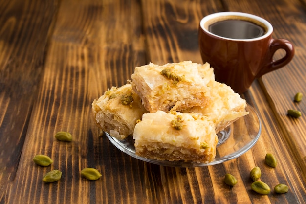 Closeup no manjar turco e café na mesa de madeira