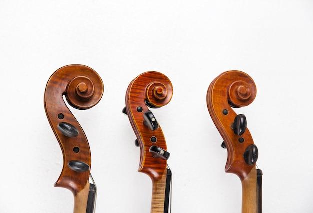 Closeup o arremate de violinos empilhados em linha no fundo