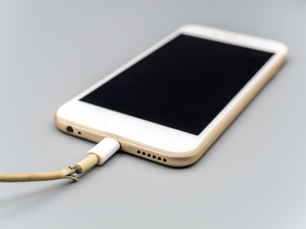 Closeup o cabo do carregador de smartphone danificado