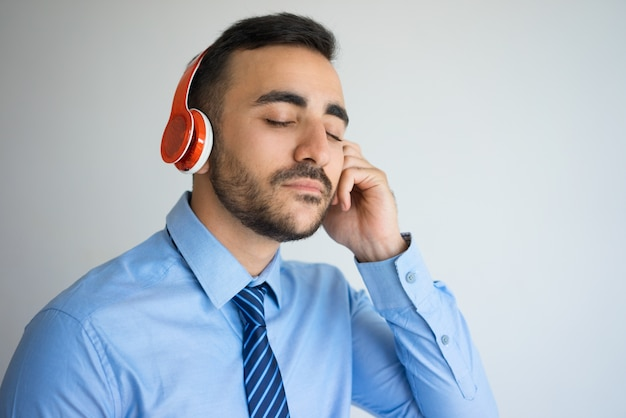 Closeup of business man ouvindo música
