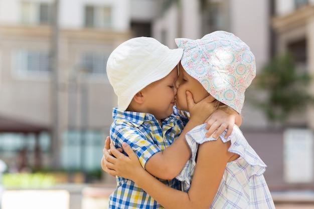 Closeup of little boy and girl abraçando e beijando