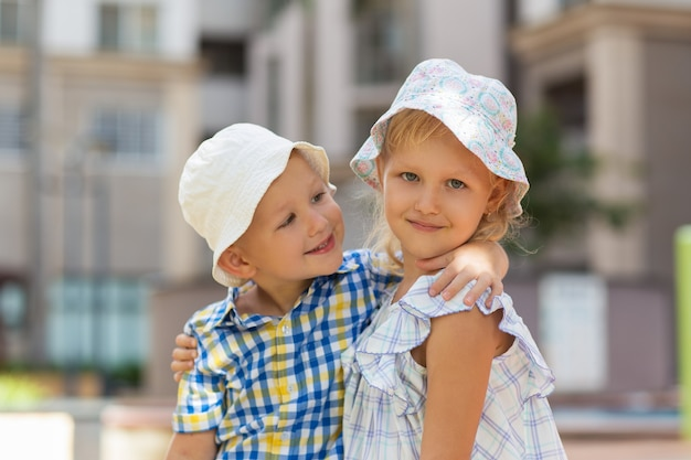 Closeup of little brother and sister abraçar