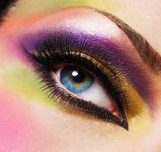 Closeup olho feminino com bela maquiagem brilhante fashion