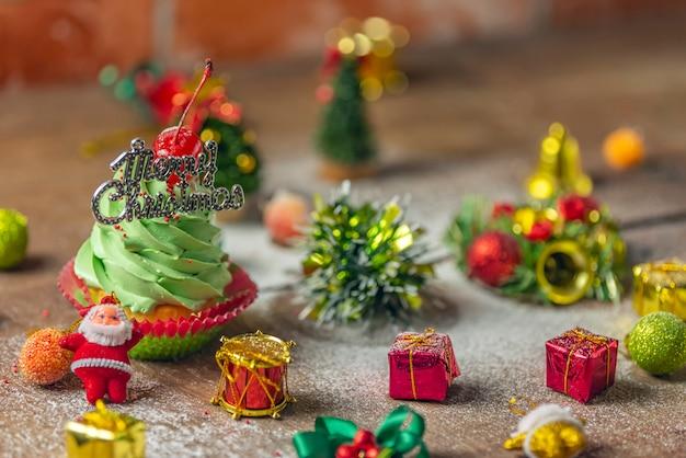 Closeup para caseiro cupcake verde para o dia de natal na velha placa de corte