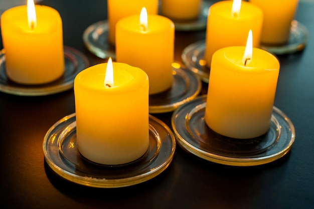 Closeup para queima de velas na escuridão