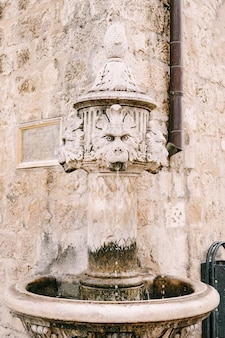 Closeup pequena fonte na esquina do edifício em uma praça na cidade velha de dubrovnik