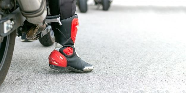 Closeup perna de um piloto de motocicleta