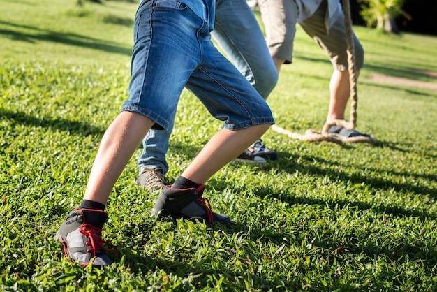 Closeup pernas da família jogando futebol