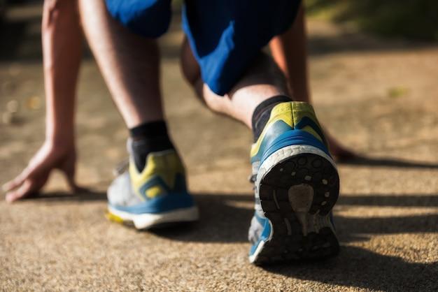 Closeup pés traseiros com tênis de corrida de um homem de atleta