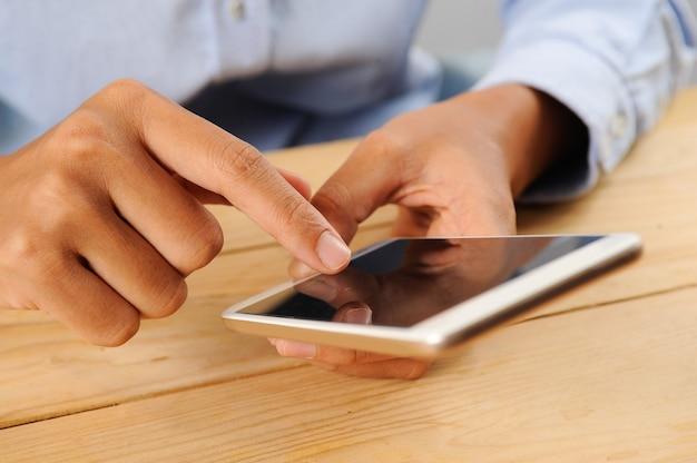 Closeup, pessoa, usando, smartphone, tabela