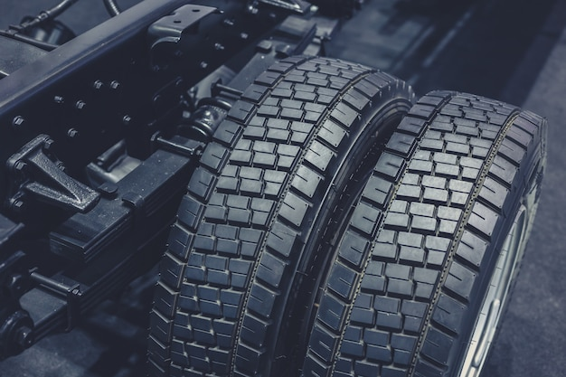 Closeup pneu de caminhão, roda de captação de borracha preta limpa novo pneu de carro brilhante
