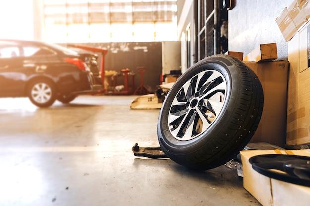 Closeup pneu na oficina mecânica com foco suave e luz de fundo