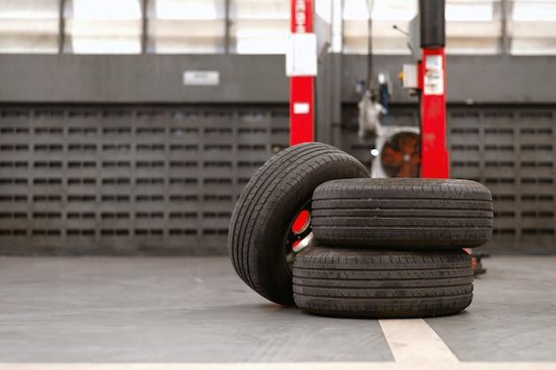 Closeup pneu velho na estação de reparação de automóveis