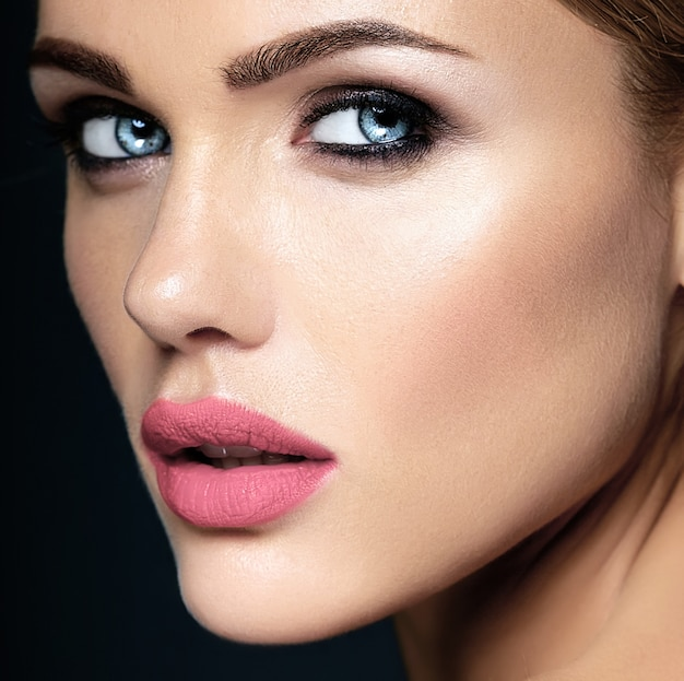 Closeup portrat de glamour sensual modelo mulher bonita senhora com maquiagem diária fresca com lábios rosa puros e rosto de pele saudável limpa