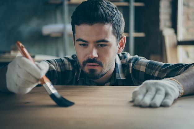 Closeup profissional habilidoso cara bonito cobrindo a mesa de laje com pincel de verniz impermeável aproveite o processo de negócios de madeira indústria marcenaria dentro de casa