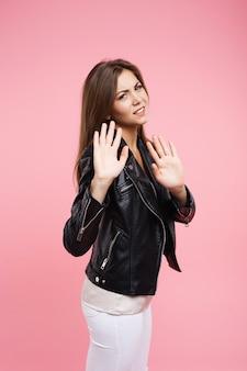 Closeup retrato brava jovem segurando as mãos sa sinal não