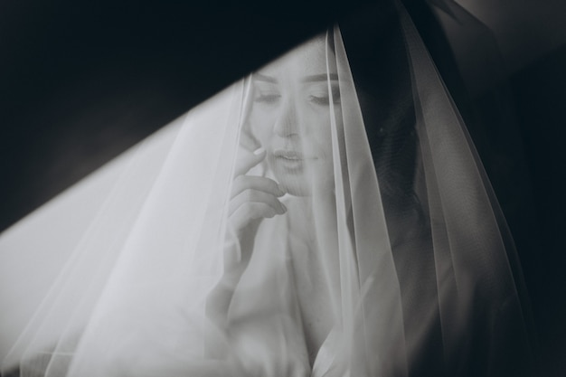 Closeup retrato da jovem noiva linda. retrato de noiva linda com véu sobre o rosto.