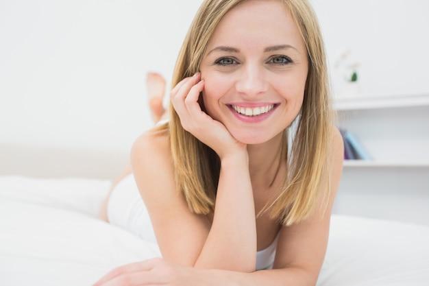 Closeup, retrato, de, bonito, relaxado, mulher, cama