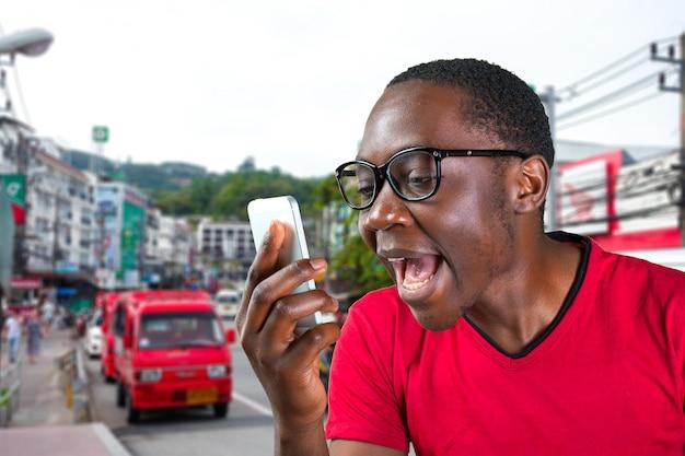 Closeup retrato de bravo jovem bonito, cara, estudante irritado, trabalhador louco, empregado, cliente insatisfeito, gritando enquanto no telefone