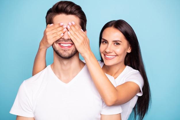 Closeup retrato de casal fechando os olhos de caras