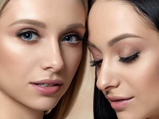 Closeup retrato de duas belas mulheres. cores bege cremosas. maquiagem nua. conceito de cuidados com a pele, cosméticos, terapia spa ou cosmetologia
