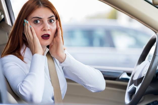 Closeup retrato de irritado mulher agressiva com raiva