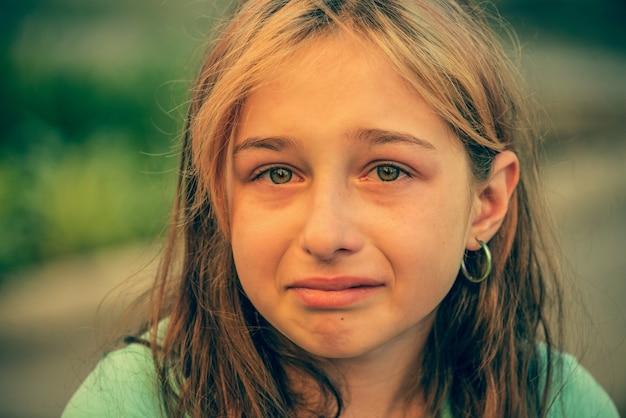 Closeup retrato de jovem chorando com lágrimas. adolescente com expressão triste chorando.