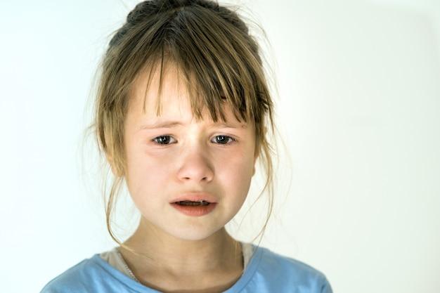 Closeup retrato de menina triste criança chorando