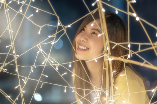 Closeup, retrato, de, mulher asian, com, luz, à noite