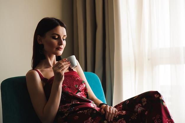 Closeup retrato de mulher bonita, bebendo café