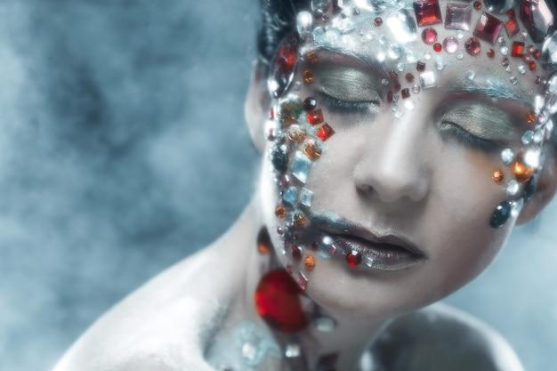 Closeup retrato de mulher com maquiagem artística. imagem de luxo.