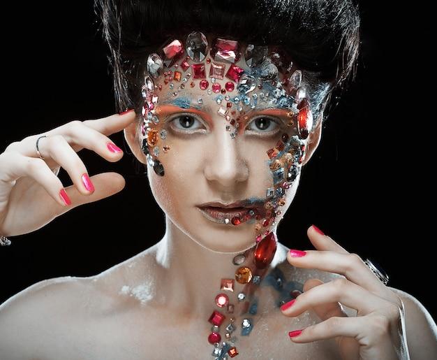 Closeup retrato de mulher com maquiagem artística.
