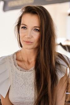 Closeup retrato de mulher com sardas sem maquiagem