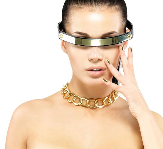 Closeup retrato de mulher com unhas de ouro e corrente de ouro no pescoço