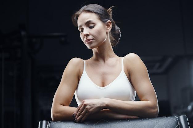 Closeup retrato de mulher de aptidão atlética no ginásio. conceito de fitness e esporte
