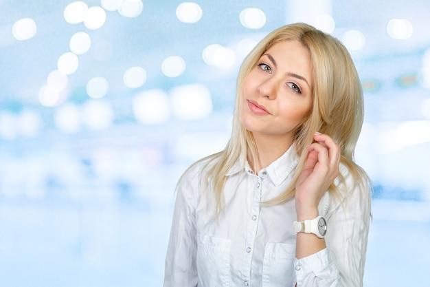 Closeup retrato de mulher de negócios jovem bonito sorrindo