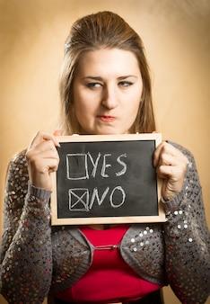 Closeup retrato de mulher escolhendo a caixa de resposta negativa