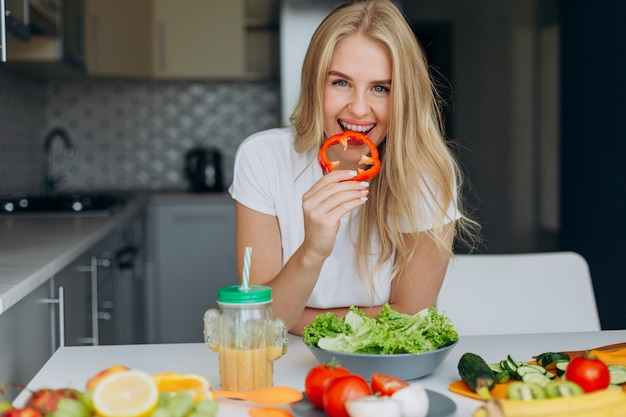 Closeup retrato de mulher feliz com pimenta, olhando para a câmera