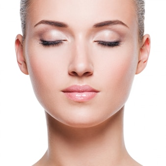 Closeup retrato de mulher jovem e bonita
