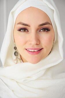 Closeup retrato de mulher muçulmana em hijab sorrindo e olhando para a câmera