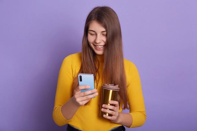 Closeup retrato de mulher sorridente com café ou chá nas mãos